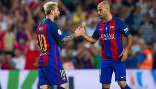 Mascherano y Messi durante un duelo con el Messi