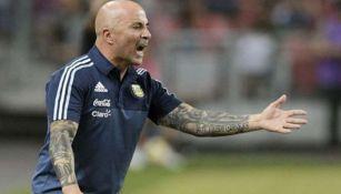 Sampaoli grita durante un juego al frente de Argentina
