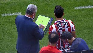 Víctor  Vucetich le da instrucciones a un jugador de Chivas