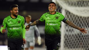 Jugadores de Juárez celebrando un gol
