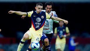 Fidalgo protege el balón en el juego contra los Tuzos
