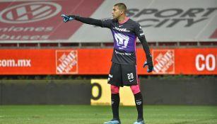 Julio González en el juego de Pumas contra Chivas