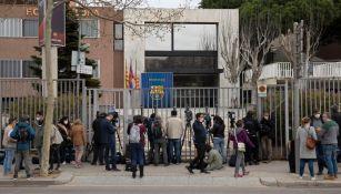 Periodistas afuera de las oficinas del Barcelona