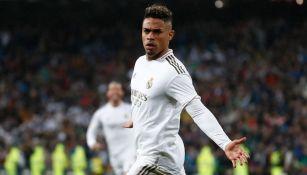 Mariano Díaz durante un duelo con el Real Madrid
