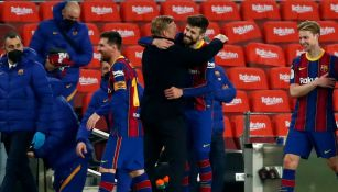 Ronald Koeman abraza a Gerard Piqué al final del partido contra Sevilla