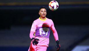 Alfredo Talavera, portero de Pumas, en acción ante Santos