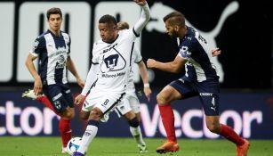 Gabriel Torres en su debut con Pumas frente a Monterrey