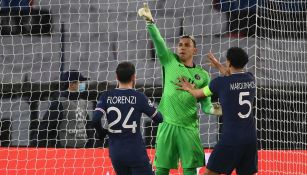 Keylor Navas festeja tras atajarle un penalti a Lionel Messi