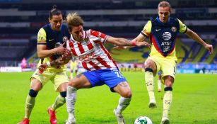 Chicote Calderón en acción con Chivas ante América