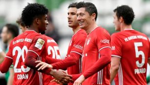 Robert Lewandowski celebrando con sus compañeros un gol a favor