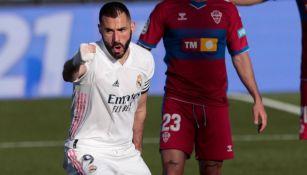 Karim Benzema tras anotar gol ante el Elche
