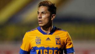Carlos Salcedo en acción con Tigres