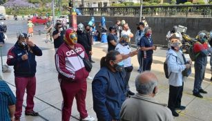 Luchadores sobre la calle de Madero