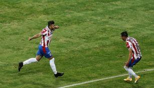 Alexis Vega y Uriel Antuna celebran un gol con Chivas