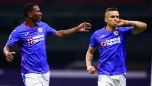 Cabecita Rodríguez y Bryan Angulo festejan un gol