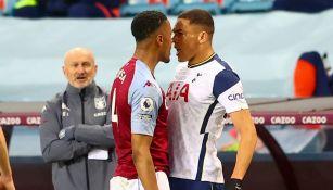 Ezri Konsa del Aston Villa frente a Carlos Vinicius de Tottenham