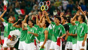 El Tri celebra la goleada a EU en 2004 que le dio el pase a Atenas 2004