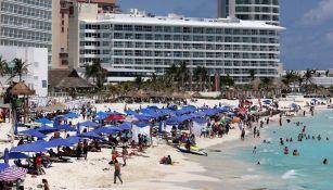 Turistas en las playas de Cancún