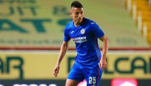 Alvarado conduce el balón en un juego de Cruz Azul