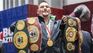 Andy Ruiz posa con los cinturones de AMB, FIB y OMB