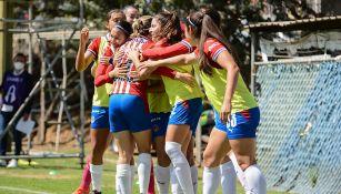Jugadoras de Chivas Femenil festejan un gol