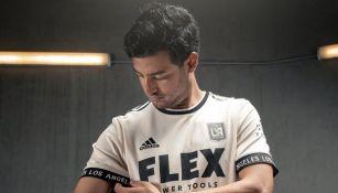 Carlos Vela mostrando la nueva playera del LAFC