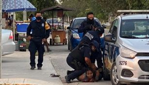 Policías sometiendo a la salvadoreña
