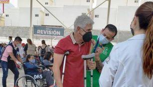 Tuca Ferretti siendo vacunado contra el Covid-19