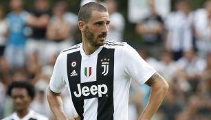 Leonardo Bonucci durante un duelo con la Juventus