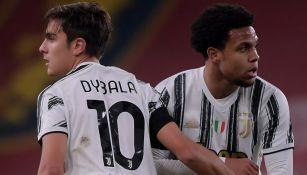 Dybala y McKennie durante un partido con la Juventus