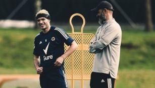 Raúl Jiménez en un entrenamiento del Wolverhampton junto a Nuno