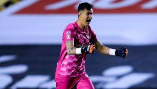 Raúl Gudiño durante un partido con Chivas