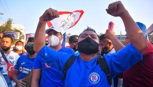 Cruz Azul: Afición rompió 'sana distancia' para recibir al club en Juárez