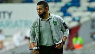 Nacho Ambriz dirigiendo un partido del León