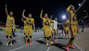 Jugadores de Pumas cantan el 'Goya' con su afición
