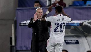 Vinicius Junior  festeja junto a Zinedine Zidane
