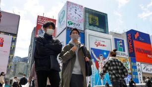 Habitantes de Osaka con mascarilla