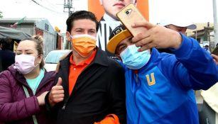 Samuel García junto a un aficionado de los Tigres