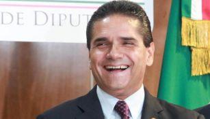 Silvano Aureoles sonríe en una conferencia de prensa