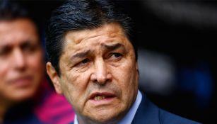 Luis Fernando Tena, preocupado en un juego de Chivas