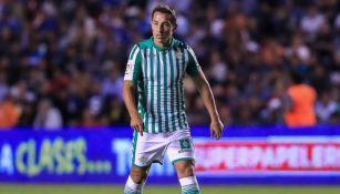 Andrés Guardado durante un duelo con el Betis