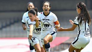 Jugadoras de Pumas festejan gol ante Gallos