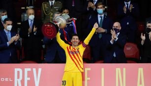 Lionel Messi levanta el trofeo de la Copa del Rey