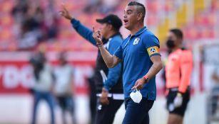 Héctor Altamirano da indicaciones en el duelo vs Necaxa