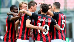 Jugadores del Milan, en festejo de gol