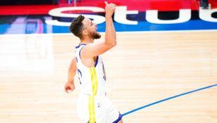 Stephen Curry en victoria ante Sixers