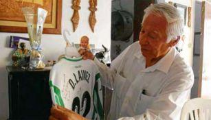 Jaime Lainez sostiene la playera de su nieto Diego