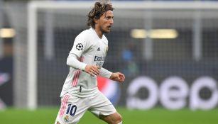 Luka Modric durante un duelo con el Real Madrid