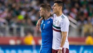 Héctor Moreno y Gudmundsson en un partido entre México e Islandia