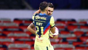 Henry Martín y Nicolás Benedetti en un partido del América